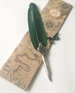 Kalligraphie-Feder-mit-Gnsefeder-in-grn-der-Schaft-ist-mit-einer-Lilie-verziert-0